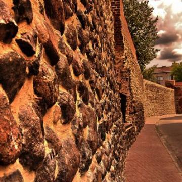 Mury miejskie z początku XIV wieku.